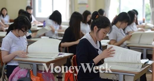 2015학년도 대학수학능력시험 6월 모의평가가 열린 12일 오전 서울 종로구 풍문여고에서 학생들이 시험지를 살펴보고 있다./사진=뉴스1