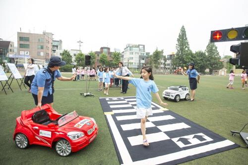 ↑현대해상이 지난 13일 서울 신구초등학교에서 '비지트 스쿨(Visit School), 어린이 안전체험 교실'을 개최했다.