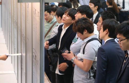 지난달 15일 서울 강남구 삼성동 코엑스에서 열린 '2014 삼성협력사 채용한마당'에 구직자들이 채용 게시판을 보고 있다. /사진제공=머니투데이