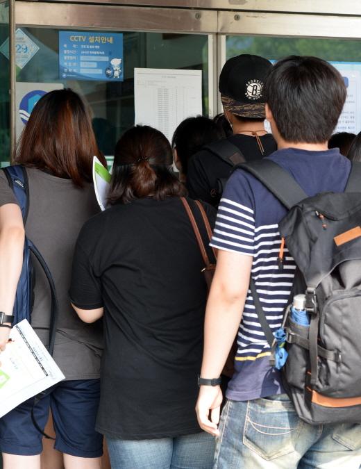 지방직 9급 공무원 공개 채용시험이 치러지는 21일 오전 고사장을 찾은 응시생들이 수험번호와 고사실을 확인하고 있다/사진=서울 뉴스1 정회성