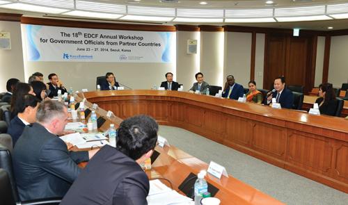 심섭 수은 부행장(앞줄 맨 가운데)이 개발도상국 고위공무원 및 국제금융기구 담당자들과 회의를 하고 있다.
