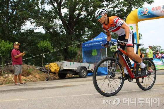 28일 홍천 며느리재 전국자전거대회 참가자가 복합향토문화단지를 출발하고 있다./사진=박정웅 기자