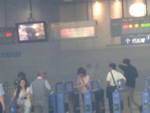 30일 오후 6시13분쯤 청량리역에서 난 연기로 승객들이 대피하고 있다. /사진=트위터 @Rfmfm