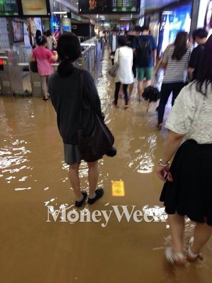서울 마포구 지하철 2호선 홍대입구역으로 빗물과 흙탕물이 유입돼 지하철을 이용하는 시민들이 큰 불편을 겪었다. /사진제공=뉴스1