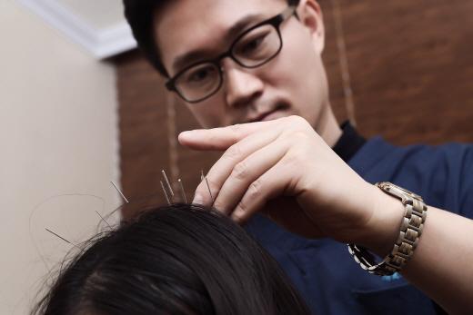 [김만재의 남성M자탈모 이야기(129)] 감출 수 없는 앞머리탈모, 한의원에서 치료·관리