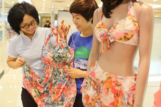 롯데백화점 광주점 지하 1층 수영복 행사장을 찾은 중년 여성 고객들이 수영복을 살펴보고 있다.