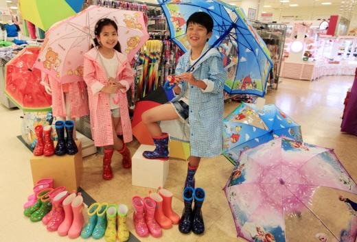 9일 오전 서울 중구에 위치한 이마트 청계천점 우산매장에서 아동들이 우비와 장화를 신고 장마용품을 선보이고 있다. /사진제공=이마트