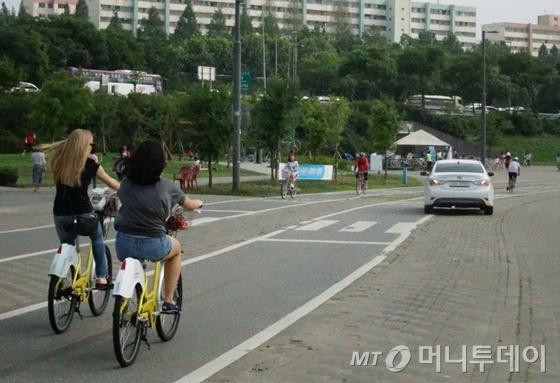 지난 주말 반포한강공원 자전거전용도로에 진입한 차량이 잠수교 방향으로 주행하고 있다./사진=이고운 기자