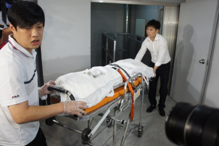 유병언 전 세모그룹 회장으로 추정되는 시신이 22일 오전 전남 순천시에 위치한 장례식장을 나오고 있다. /사진=뉴스1 제공