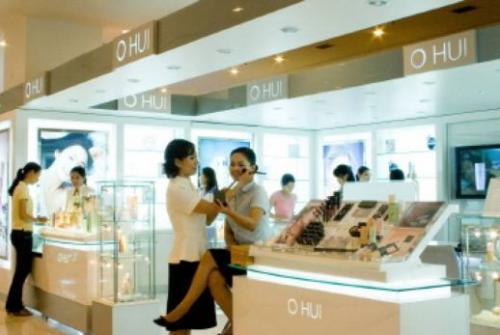 베트남 호찌민시 다이아몬드백화점 내 한국산 화장품 매장. 현지 직원이 고객에게 메이크업 서비스를 하고 있다. /자료사진=머니투데이DB