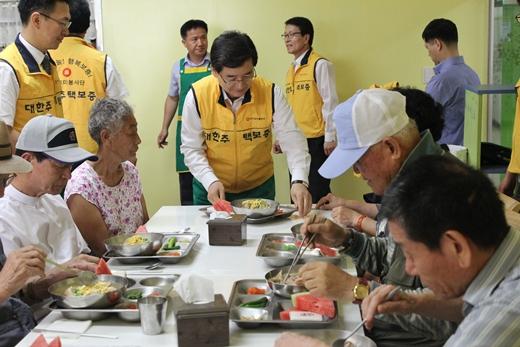 대한주택보증 김선규 사장(가운데) 등 임직원들이 중복을 맞이해 부산지역 소외이웃에 삼계탕을 배식하고 있다. /사진제공=대한주택보증
