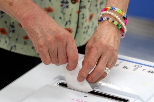 7.30 재보궐선거일인 30일 오전 경기 평택시 비전동 소사벌초등학교에 마련된 제8투표소에서 유권자들이 투표를 하고 있다. /사진제공=평택 뉴스1 이광호 기자