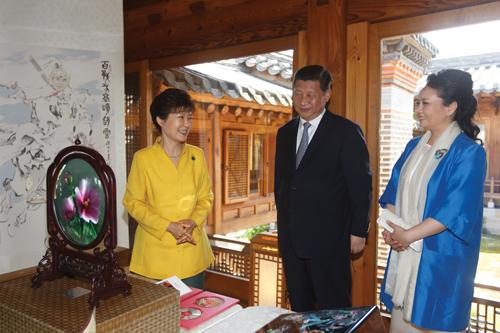 박근혜 대통령과 시진핑 중국 국가주석 내외가 지난 7월 4일 서울 성북동 가구박물관에서 특별오찬을 마친 뒤 선물을 교환하고 있다. /사진제공=뉴스1 박철중 기자