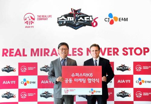 ↑AIA생명 다니엘 코스텔로 대표 (우)와 CJ E&M의 김성수 대표 (좌)가 슈퍼스타K6의 성공적 방영과 AIA생명의 효과적인 마케팅을 위한 상호 협력을 약속하며 기념 촬영을 하고 있다.