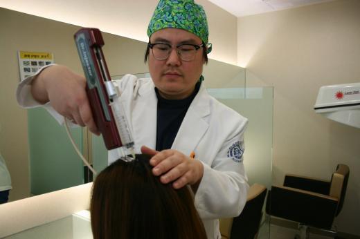 [김진영 원장의 모발이식지침서(204)] 헤어라인 교정 재수술 피하려면 병원 선정 신중해야