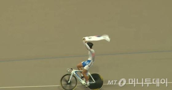 남자 단체스프린트서 은메달을 획득한 손성진(18·울산동천고)이 태극기를 흩날리며 기뻐하고 있다./사진=대한체육회 방송 캡처