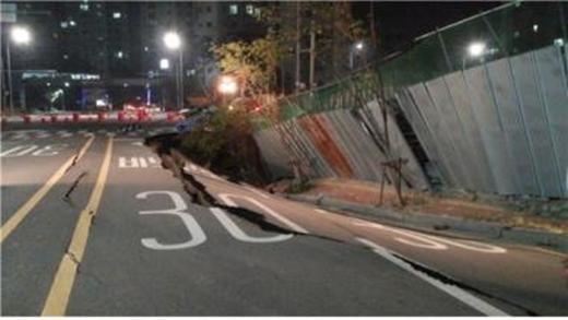 지난달 28일 발생한 경기 인천 중구 영종하늘도시의 한 아파트 인근 도로 지반침하 사고 모습. /사진제공=유대운 의원실