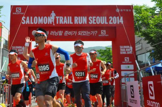 ▲지난 6월에 열린 '살로몬 트레일 런 서울 2014'에서 참가자들이 출발 총성과 함께 달리는 모습