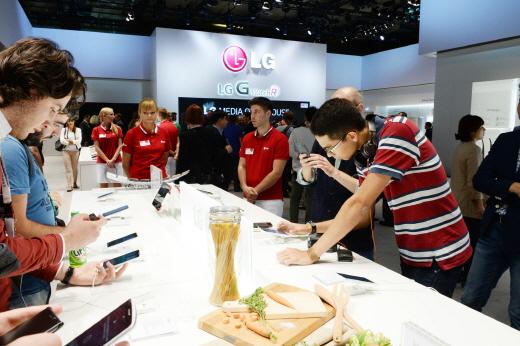 5일부터(현지시각) 독일 베를린에서 개막된 유럽 최대 가전박람회 IFA 2014 LG전자 전시 부스에서 관람객들이 'G워치R' 등 모바일 제품을 시연하고 있다. /사진제공=LG전자