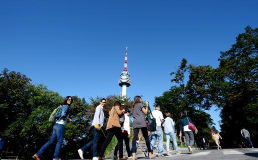 서울 남산을 찾은 외국인 관광객들이 N서울타워를 향하고 있다./사진=뉴스1 박지혜 기자