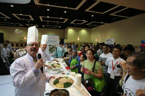 대한항공이  현지시간으로 9월 5일(금)부터 7일(일)까지 사흘간 말레이시아 쿠알라룸푸르에서 열린 '2014 말레이시아 국제관광박람회(2014 MATTA Fair)'에서 현지 관람객들을 대상으로 비빔밥과 삼계찜을 선보였다. 사진은 대한항공의 한식 기내식 전문 조리사가 비빔밥과 삼계찜의 조리 장면을 관람객들에게 보여주고 있는 모습.