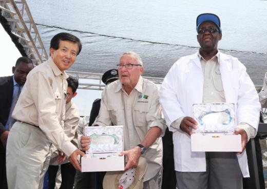 박영식 대우건설 사장(사진 왼쪽)이 잠비아 스콧(Dr. Guy Scott) 부통령(사진 중앙)과 보츠와나 케디킬레(Dr. P.H.K Kedikilwe) 부통령(사진 오른쪽)에게 기념패를 전달하고 있다./사진제공=대우건설
