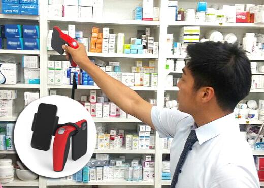 온라인팜 영업사원이 신형 RFID 리더기 'RF Blaster'로 의약품을 관리하고 있다. /사진제공=한미약품