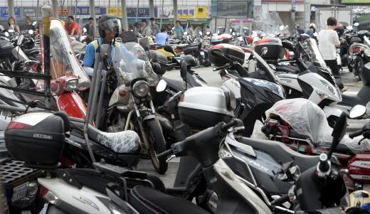 서울 종로구의 한 시장 인근에 오토바이들이 주차돼 있다. /사진제공=서울 뉴스1 안은나 기자
