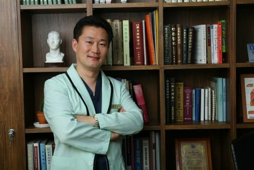 [김만재의 남성탈모치료병원(166)] 남자 울리는 앞머리 M자 탈모, 꾸준한 치료가 중요