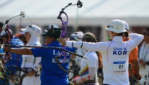 양궁 컴파운드 여자 단체 8강전에서 최보민 선수가 활시위를 당기고 있다.