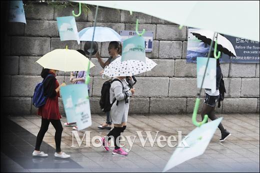 [MW사진] '우산과 우산'