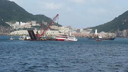 홍도항으로 예인되는 바캉스호 /사진제공=해양경찰청