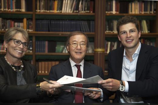 ▲휠라 윤윤수 회장이 네덜란드 빙상 국가대표 스벤 크라머와 후원 계약을 체결하고 있다. 좌측부터 휠라 USA 제니퍼 이스타브룩 부사장, 휠라 윤윤수 회장, 스벤 크라머