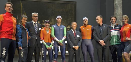 ▲'휠라-네덜란드 빙상연맹 후원협약식'에서 네덜란드 선수들이 휠라가 지원하게 될 새 경기복을 선보이고 있다.