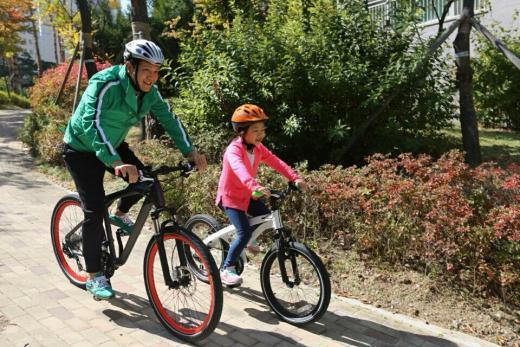 [★SNS] 정웅인, 큰딸 세윤과 자전거 데이트