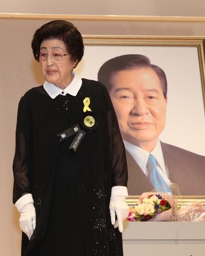 지난 8월18일 김대중 대통령 서거 5주기 추도식에서 이희호 여사가 헌화를 하고 있다. /사진=뉴스1