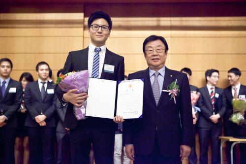김정남 동부화재 사장(오른쪽)과 최우수상을 받은 안학범(서울대 경제학과)씨가 기념촬영을 하고 있다.