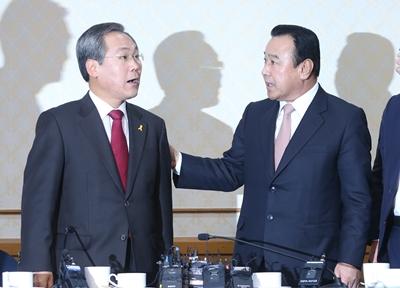 이완구 새누리당 원내대표(오른쪽)와 우윤근 새정치민주연합 원내대표