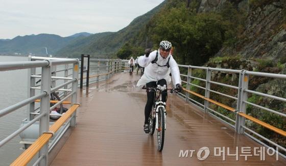31일 자전거대행진 참가자들이 데크길로 조성된 밀양시 삼랑진읍의 낙동강종주자전거길을 달리고 있다./사진=박정웅 기자