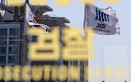 (서울=뉴스1) 오대일 기자 = 검찰청사 유리벽에 검찰기가 바람에 나부끼는 모습이 반사되고 있다.