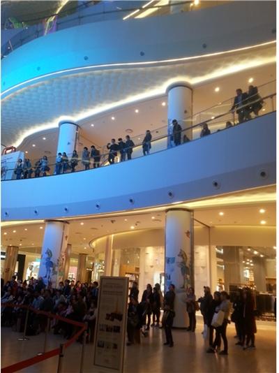 제2롯데월드 1층 로비 위, 2층 유리난간 앞에 다수의 사람들이 몰려 있다. /사진=김병화 기자