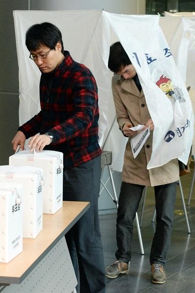 대한민국공무원노동조합총연맹(공노총)이 새누리당의 공무원연금 개혁안을 놓고 찬반투표에 돌입한 5일 오전, 서울시청 로비에서 공무원들이 투표를 하고 있다. /사진=뉴스1