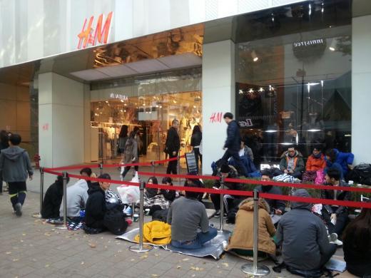 H&M 알렌산더왕 콜라보레이션 제품 출시를 하루 앞두고, 소비자들이 구매를 위해 줄지어 대기하고 있다. /사진=김설아 기자