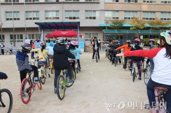 자전거21 전상혁 팀장과 함께 안전교육 중인 목운초등학교 학생들/사진=박정웅 기자