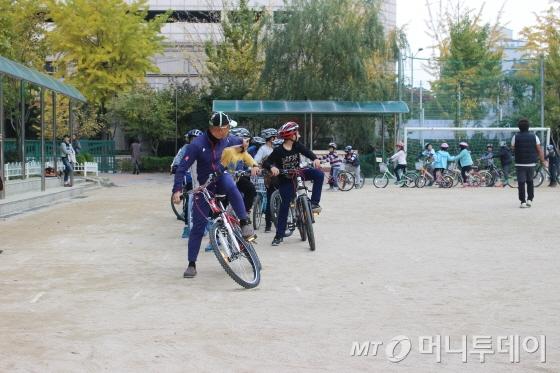 자전거21 경기남부 최시한 본부장과 함께 안전교육을 받고 있는 목운초등학교 학생들/사진=박정웅 기자