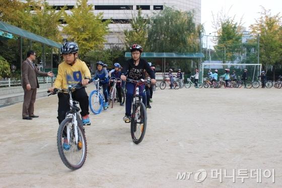 안전교육을 이수한 학생들이 운동장을 돌고 있다./사진=박정웅 기자