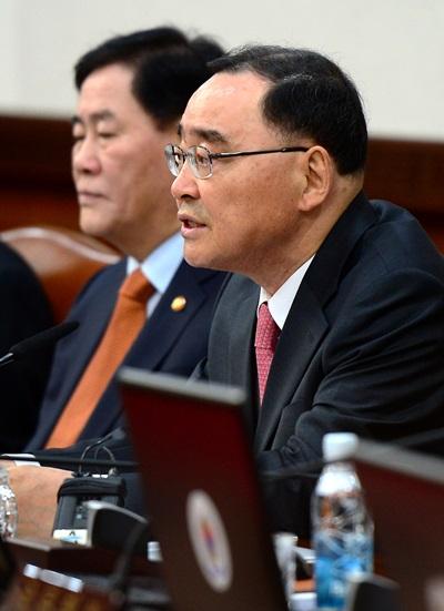 정홍원 국무총리가 11일 공무원연금 개혁안 동참 결의문에 서명했다. /사진=뉴스1