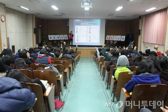 양강중학교 3학년 학생들이 자전거 수신호를 배우고 있다./사진=박정웅 기자