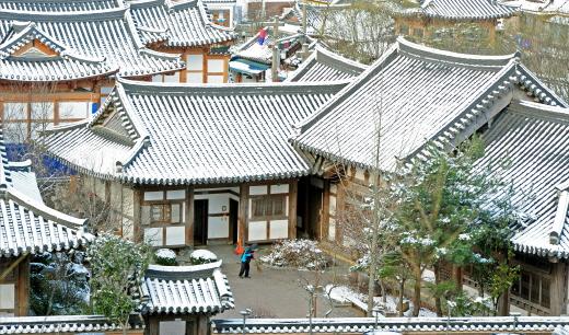 지난 2일 오전 전북 전주시 한옥마을이 밤사이 내린 눈으로 덮여 있다. /사진제공=전주 뉴스1 김대웅 기자