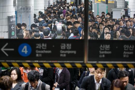 시민들이 서울지하철 삼각지역에서 4호선 열차를 기다리고 있다. /사진제공=서울 뉴스1 유승관 기자